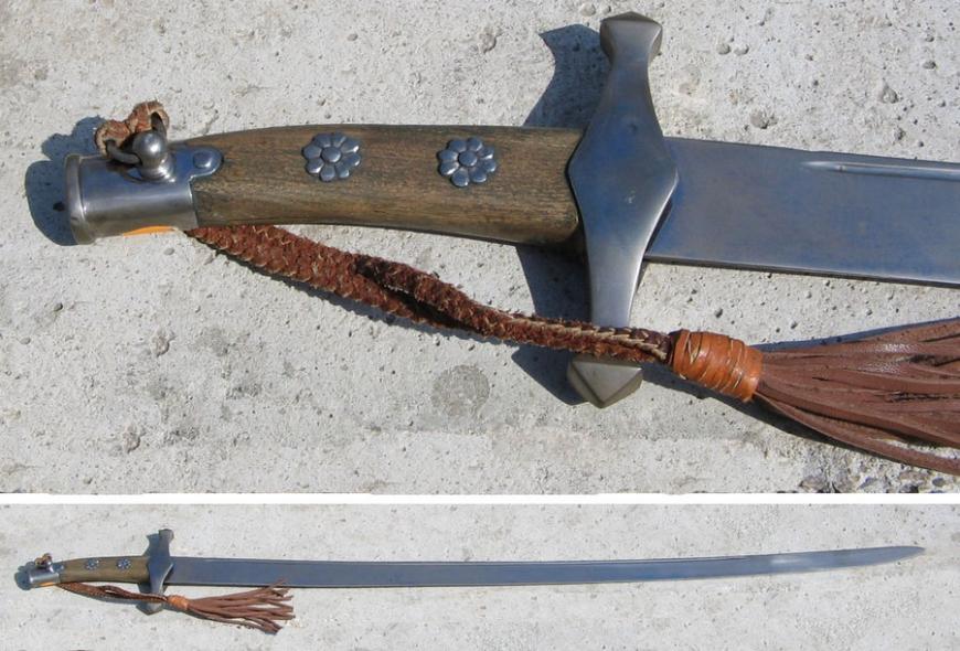 Сабля с деревянной рукоятью и темляком
