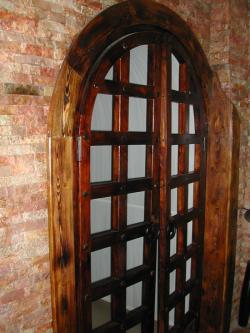 Дверь в средневековом стиле