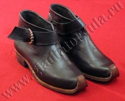 Ботинки с ремнями и пряжками